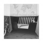 #pastkarte Mazā ceļotāja jaunais draugs - KiDSON gultiņa kraukļa melnā krāsā. Uzticams sabiedrotais saldam miegam. 🔭🌌  📷 @berzinailvija   #raditslatvija #latvijasdizains #bernumebeles #majasmebeles #dizainamebeles #crib #cot #babybed #babyroom #kidsdesign #kidsroom #kidsfurniture #kidsroomdecor #kidsroomdesign  #latviandesign #vertibas #nordifurniture